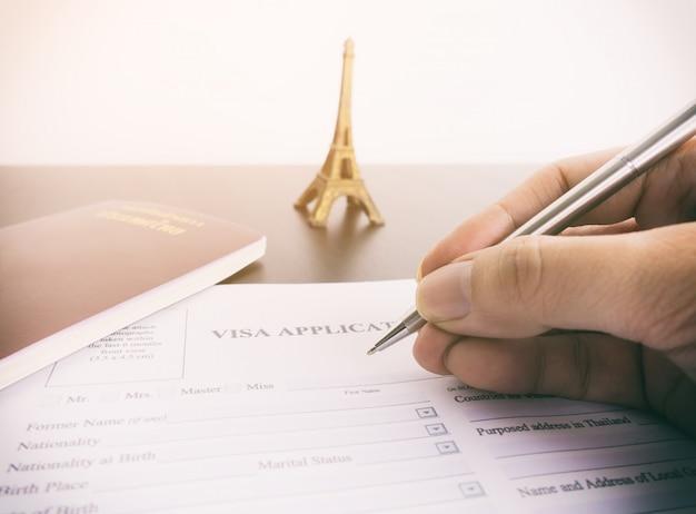 Ausfüllen des visumantragsformulars für frankreich paris Premium Fotos
