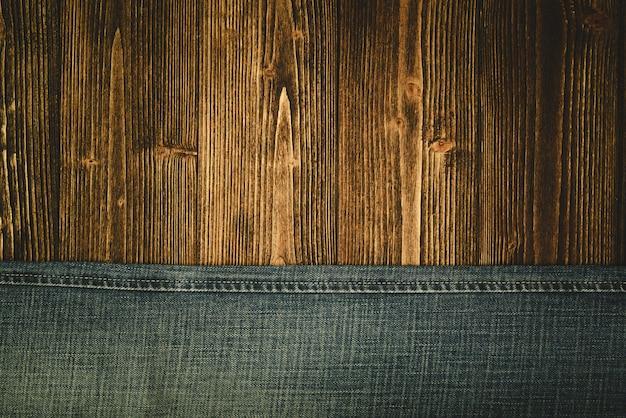 Ausgefranste jeans oder blue jeans-denimsammlung auf holz Premium Fotos
