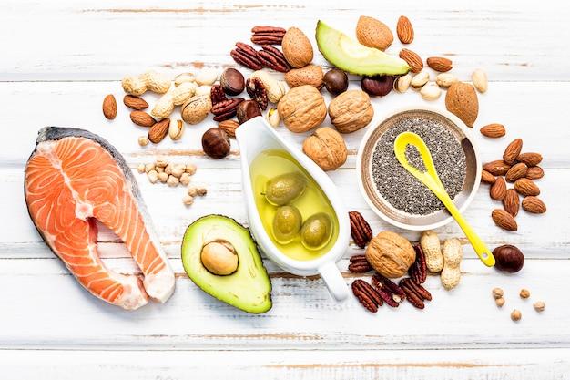 Ausgewählte nahrungsquellen für omega-3-fettsäuren und ungesättigte fettsäuren. Premium Fotos