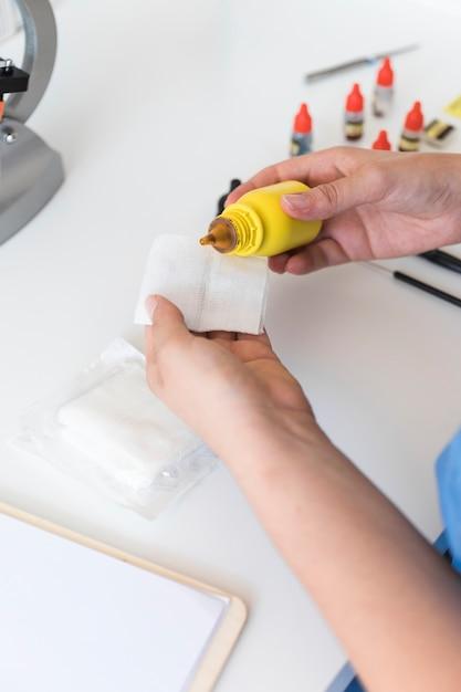 Auslaufende chemikalie des tierarztes auf medizinischer gaze Kostenlose Fotos