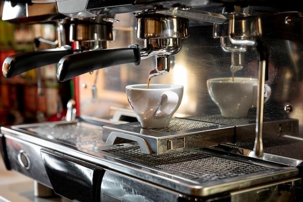 Auslaufender espresso der berufskaffeemaschine Premium Fotos