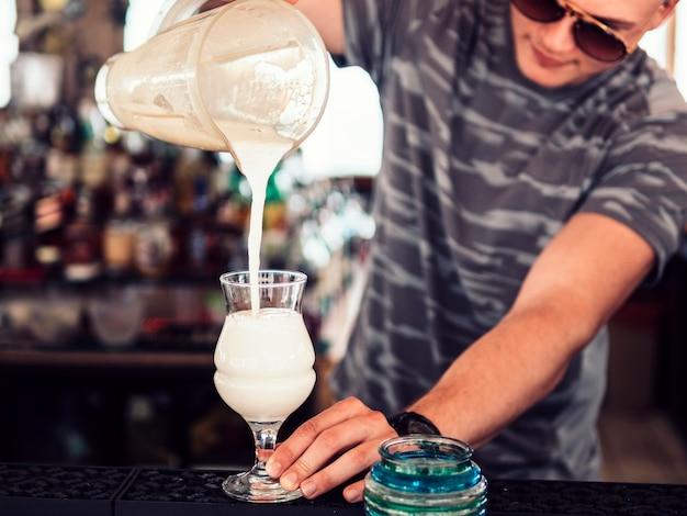 Auslaufender milchshake des kellners im glas Kostenlose Fotos
