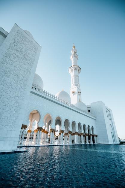 Außenansicht der riesigen weißen moschee mit hohem weißen turm Premium Fotos