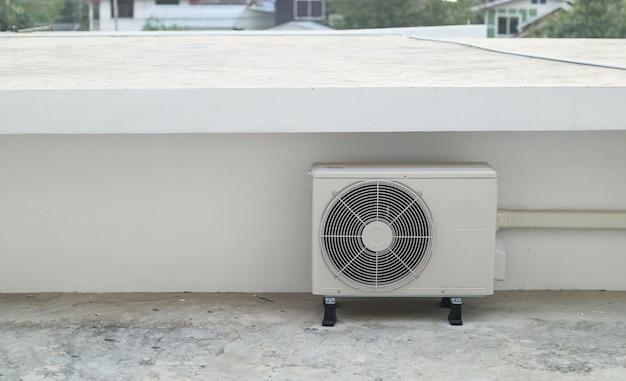 Außengerät des klimakompressors außerhalb des gebäudes installiert Premium Fotos