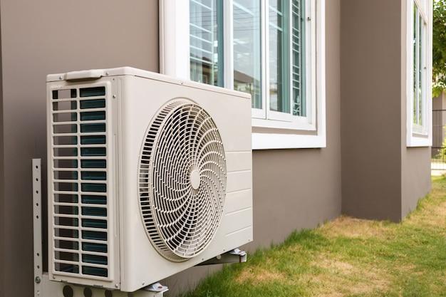 Außengerät des klimakompressors außerhalb des hauses installiert Premium Fotos