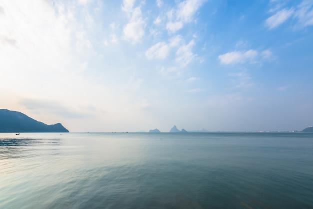 Aussicht auf meer und natur Premium Fotos
