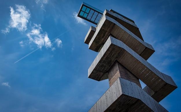 Aussichtsplattform auf einem wachturm gegen blauen himmel Premium Fotos