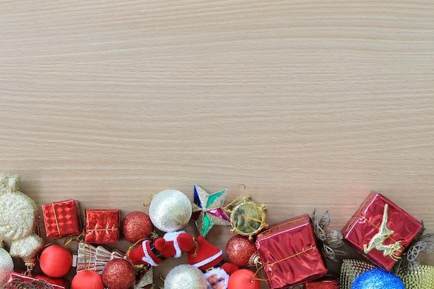 Ausstattung weihnachtsschmuck wird auf einen braunen holzboden gelegt. Premium Fotos