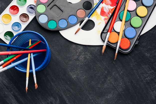Auswahl an aquarellen und paletten Kostenlose Fotos