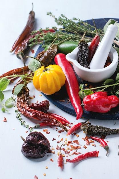 Auswahl an chilischoten und kräutern Premium Fotos