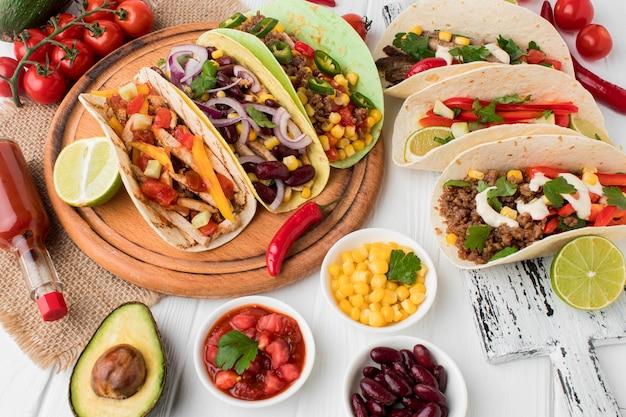 Auswahl an frischem mexikanischem essen, das zum servieren bereit ist Kostenlose Fotos