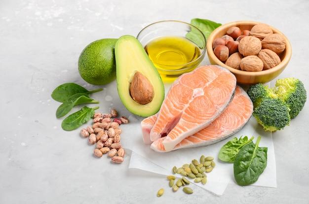 Auswahl an gesunden lebensmitteln für das herz. Premium Fotos