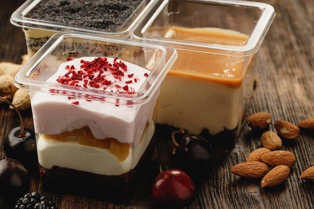 Auswahl an leckeren dessertboxen auf holztisch Premium Fotos