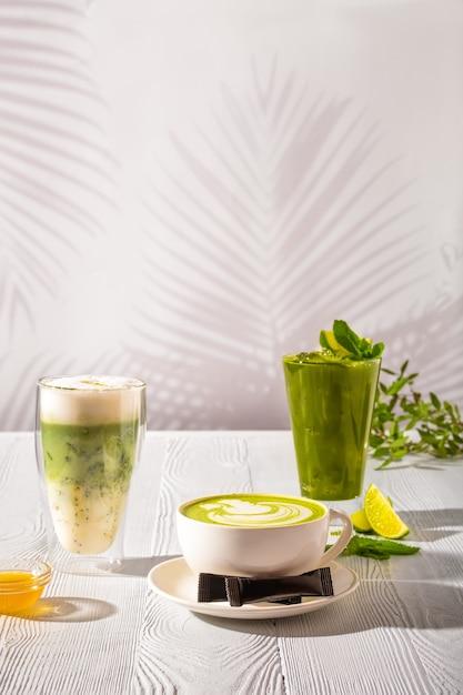 Auswahl an matcha-grüntee-getränken - grüner eistee, frappe und heißer grüner milchtee Premium Fotos