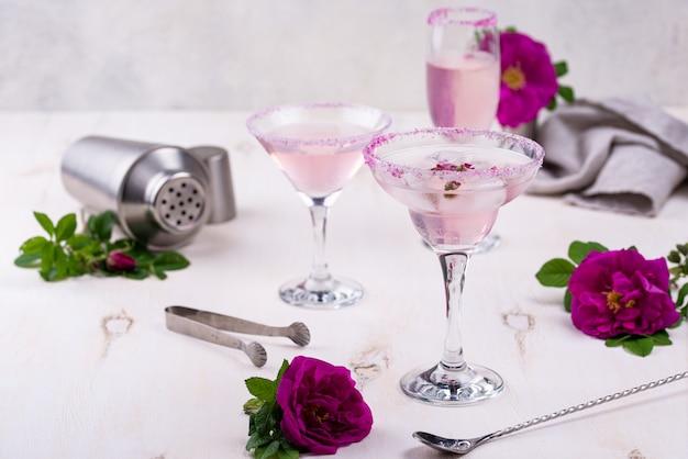 Auswahl an rosa cocktails mit rosensirup. Premium Fotos