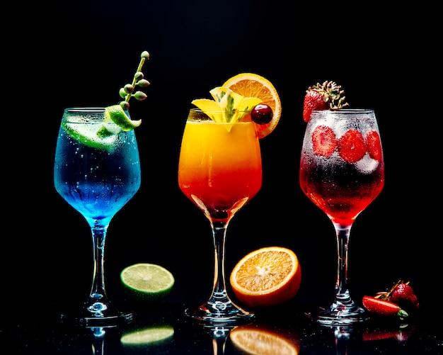 Auswahl an verschiedenen cocktails auf dem tisch Kostenlose Fotos