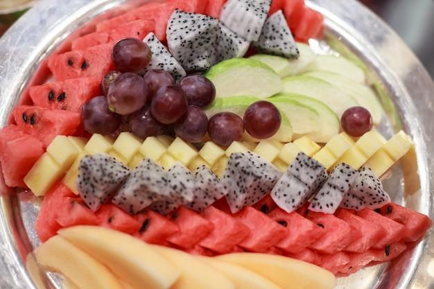 Auswahl asiatischer südfrüchte; traube, wassermelone, guave, papaya, ananas Premium Fotos