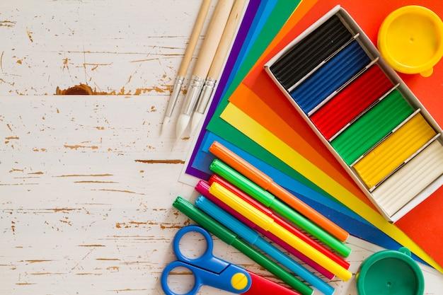 Auswahl des kinderbriefpapiers auf weißem holz Premium Fotos