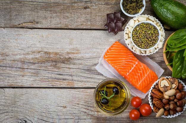Auswahl nahrhafter lebensmittel - herz, cholesterin, diabetes Premium Fotos