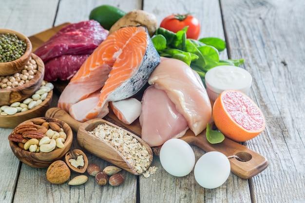 Auswahl von lebensmitteln zur gewichtsreduktion, küche Premium Fotos