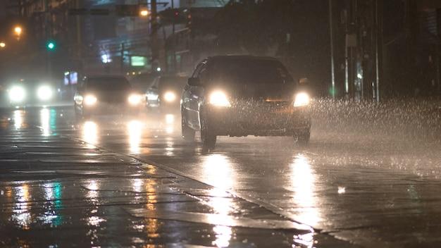 Auto am regnenden tag Premium Fotos