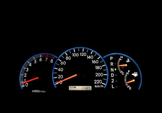 Auto armaturenbrett indikatoren auf schwarzem panel Premium Fotos