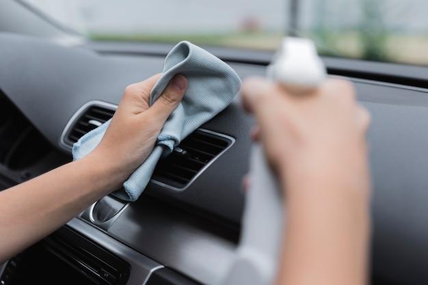 Auto armaturenbrett mit lappen und sprühflasche reinigen Premium Fotos