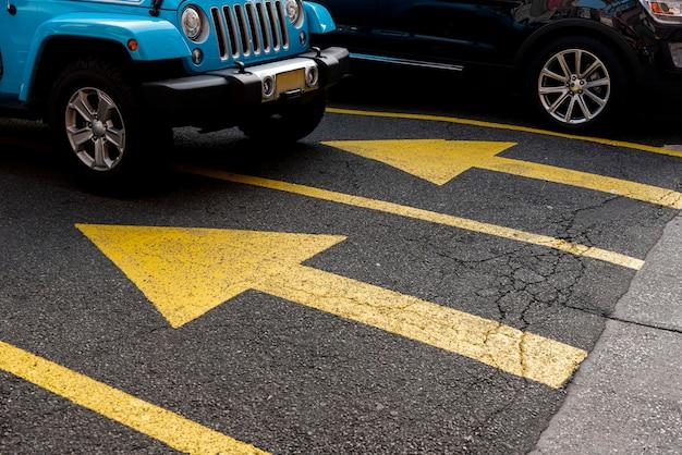 Auto auf dem parkplatz von unten Kostenlose Fotos