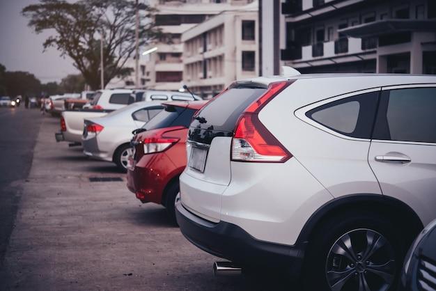Auto auf dem parkplatz Kostenlose Fotos