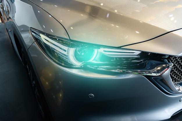 Auto auf dem undeutlichen hintergrund der straße. für automobil- oder transporttransportbild Premium Fotos