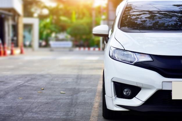 Auto auf der straße, auto geparkt auf der straße, auto und sonnenlicht Premium Fotos