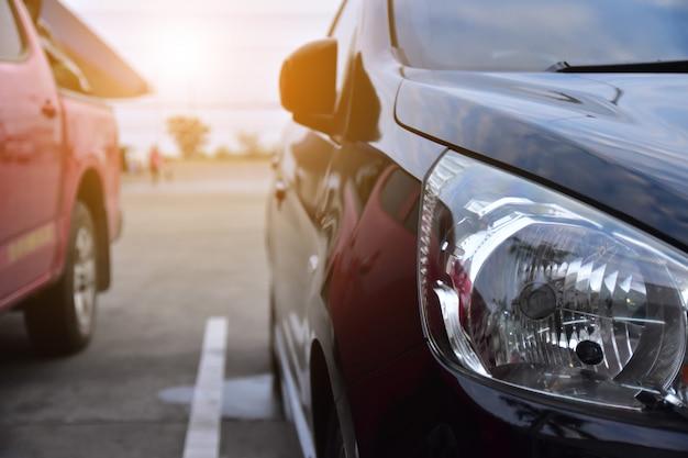 Auto auf der straße geparkt und kleiner pkw-sitz auf der straße für tägliche fahrten Premium Fotos