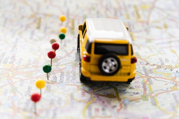 Auto auf deutschland-karte mit punktlinie Kostenlose Fotos