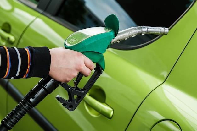 Auto auf tankstelle Premium Fotos