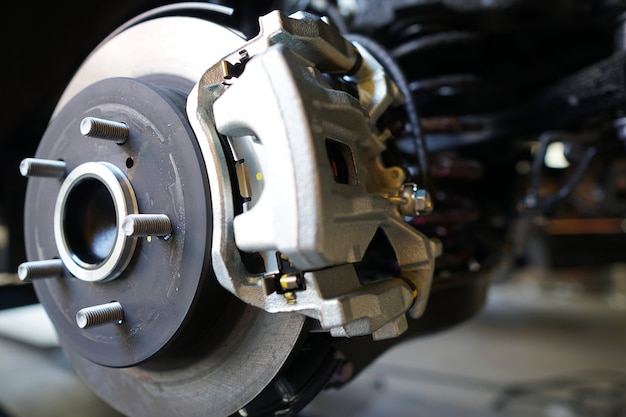 Auto-bremsscheibe des fahrzeugs zur reparatur. Premium Fotos