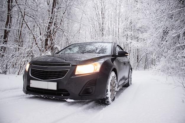 Auto im winter in der natur außerhalb der stadt. schneebild. schnee auf der straße. winterstraße. Premium Fotos