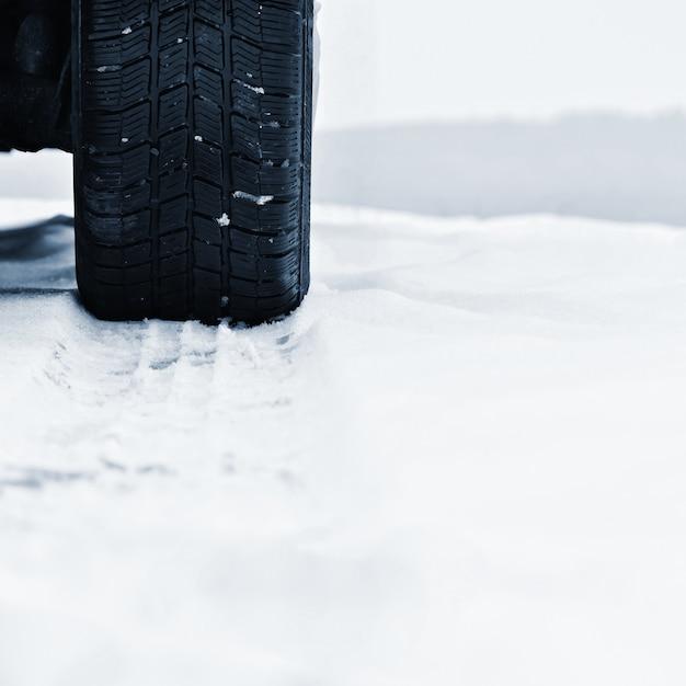 Auto im winter. reifen auf einer verschneiten straße bei schlechtem wetter. Kostenlose Fotos