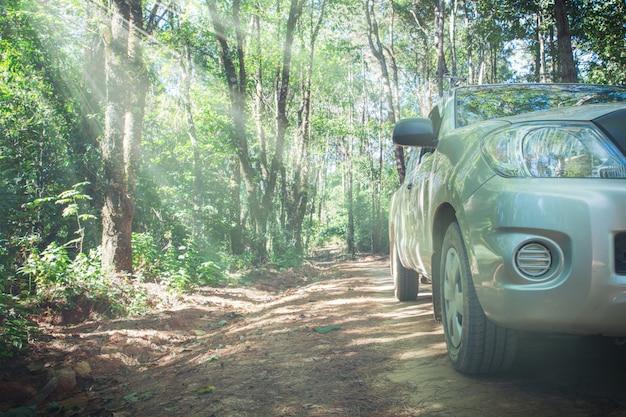 Auto mit schotterweg-sammlung und naturhintergrund Kostenlose Fotos