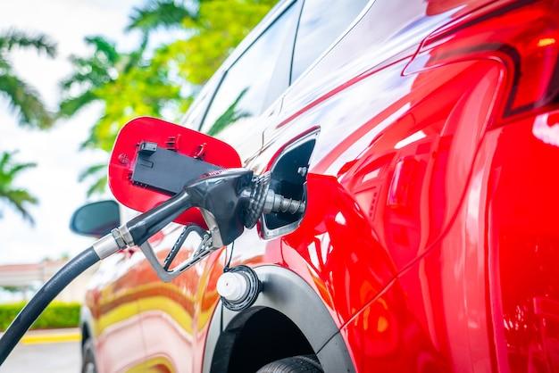 Auto tanken an der tankstelle. kraftstoffpumpe mit benzin. service füllt gas oder diesel in tank Premium Fotos