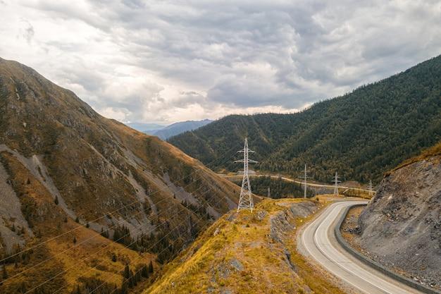 Autobahn durch die berge Premium Fotos