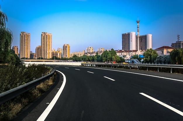 Autobahn mit stadtbild Kostenlose Fotos