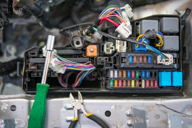 Autoelektriker repariert auto, tester, sicherungen und zangen Premium Fotos