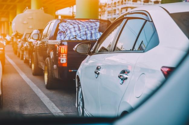 Autofahren auf der straße, auto auf der straße geparkt Premium Fotos