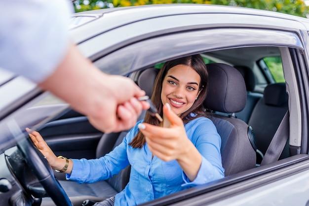 Autogeschäft-, autoverkaufs-, transport-, leute- und eigentumskonzept - nah oben von auto sa Premium Fotos