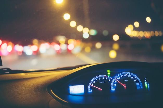 Autogeschwindigkeitsüberwachung mit nachtlicht Premium Fotos