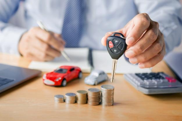 Autohändler-hand, die schlüssel hält Premium Fotos