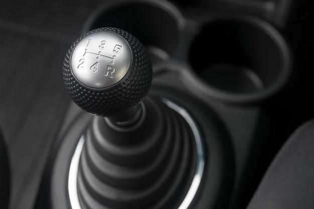 Autoinnenraum. manuelle gangschaltung. Premium Fotos