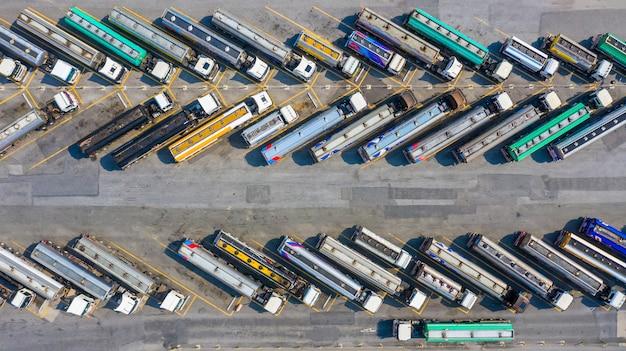 Autokraftstofftanker der luftdraufsicht, die kraftstoff versenden. Premium Fotos