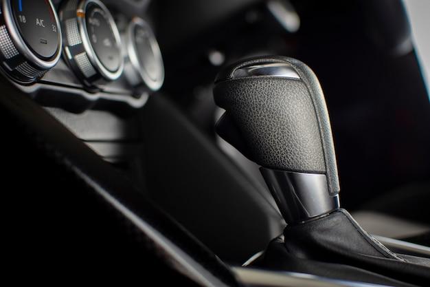 Automatischer schalthebel des automatikgetriebes in einem auto. Premium Fotos