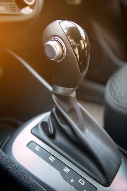 Automatischer schalthebel des modernen autos. innenraum des autos hautnah Premium Fotos
